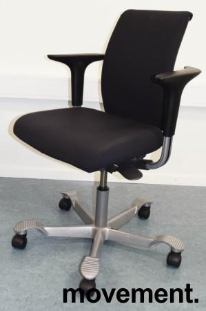 HÅG H05 5300 kontorstol i mørkegrått stoff, armlener, grått kryss, pent brukt bilde 1