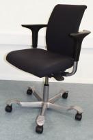 HÅG H05 5300 kontorstol i mørkegrått stoff, armlener, grått kryss, pent brukt