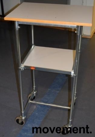 Tralle / trillebord på 4 hjul, 43x60cm, 106,5cm høyde, flyttbar hylle, pent brukt bilde 1