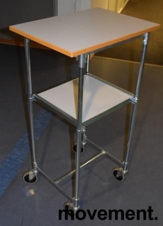 Tralle / trillebord på 4 hjul, 43x60cm, 106,5cm høyde, flyttbar hylle, pent brukt bilde 2