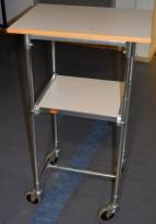 Tralle / trillebord på 4 hjul, 43x60cm, 106,5cm høyde, flyttbar hylle, pent brukt