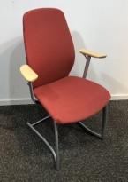Møteromsstol / besøksstol fra Kinnarps, mod Plus 377 i rød ullfilt / bjerk armlene, grå ramme, pent brukt