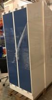 Garderobeskap i stål, lys grå med dører i blått, 2 rom. 80cm bredde, 55cm dybde, 212cm høyde, pent brukt