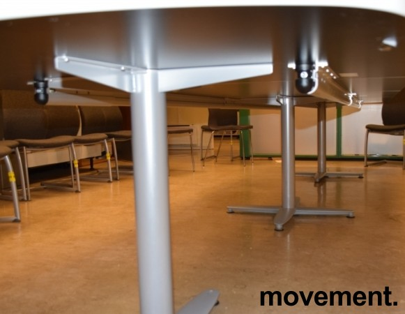 Kinnarps T-serie konferansebord / møtebord i lys grå / grått understell, 440x120cm passer 14-16 personer, pent brukt bilde 4
