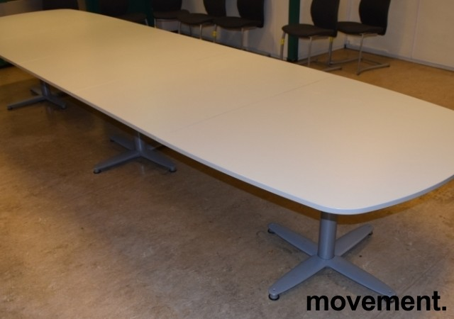 Kinnarps T-serie konferansebord / møtebord i lys grå / grått understell, 440x120cm passer 14-16 personer, pent brukt bilde 2