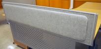 Kinnarps Rezon bordskillevegg til kontorpult i lys gråmelert ullfilt, 180 cm bredde, 35cm høyde, pent brukt