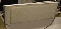 Kinnarps Rezon bordskillevegg til kontorpult i lys gråmelert ullfilt, 90 cm bredde, 35cm høyde, pent brukt