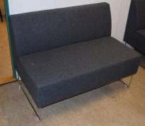 Loungesofa: VAD Pivot 2-seter sofa i mørkegrått stoff, 113cm bredde, pent brukt