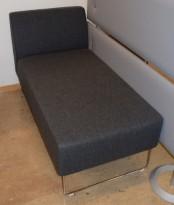 Loungesofa: VAD Pivot Sjeselong sofa i mørkegrått stoff, 135x68cm, pent brukt