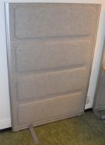 Skillevegg fra Kinnarps, modell Rezon i lys gråmelert ullfilt, 100cm bredde, 145cm høyde, pent brukt