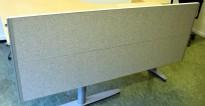 Kinnarps Rezon bordskillevegg til kontorpult i lysegrått, 180 cm bredde, 69cm høyde, pent brukt