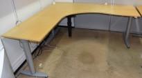 Kinnarps elektrisk hevsenk hjørneløsning skrivebord i bjerk, 200x200cm, sving på venstre side, T-serie, pent brukt