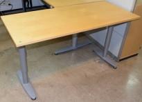 Sidebord til skrivebord 140x60cm i Kinnarps  T-serie, bjerk plate, grå ben, brukt m noe riper plate