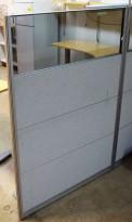 Skillevegg fra Kinnarps, modell Rezon i grått, med plexiglass i toppen, 100cm bredde, 145cm høyde, pent brukt