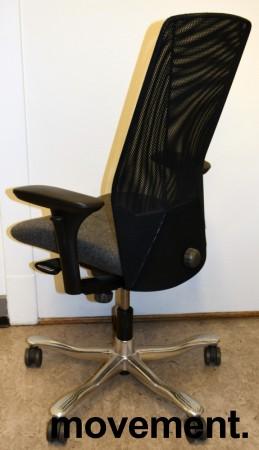 Kontorstol: Kinnarps 5000-serie, grått stoffsete, sort meshrygg, armlener, krom kryss, pent brukt bilde 2