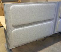 Kinnarps Rezon bordskillevegg til kontorpult i lys gråmelert ullfilt, 100cm bredde, 69cm høyde, pent brukt