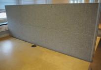 Kinnarps Rezon bordskillevegg til kontorpult i lysegrått, 200 cm bredde, 69cm høyde, pent brukt