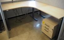 Skrivebord / hjørneløsning med elektrisk hevsenk fra EFG i bjerk, 160x200cm, høyreløsning, pent brukt