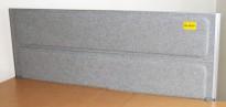 Kinnarps Rezon bordskillevegg til kontorpult i lys gråmelert ullfilt, 180cm bredde, 69cm høyde, pent brukt