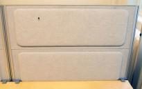 Kinnarps Rezon bordskillevegg til kontorpult i lyst grått striestoff, 100cm bredde, 69cm høyde, pent brukt