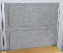Kinnarps Rezon bordskillevegg til kontorpult i lys gråmelert ullfilt, 80cm bredde, 69cm høyde, pent brukt
