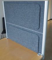 Kinnarps Rezon bordskillevegg til kontorpult i mørk grå ullfilt, 80cm bredde, 69cm høyde, pent brukt
