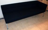 Kinnarps Wilson 3-seter sofa med 1 vange, sort stoff, bredde 208cm, pent brukt