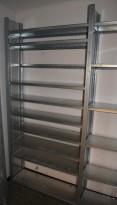 Stålhylle / lagerhylle i galvanisert stål fra Dexion, 223cm høyde, 31cm dybde, 205cm bredde, 15 hylleplater, pent brukt
