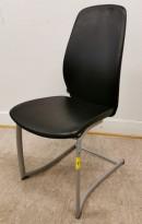 Møteromsstol/besøksstol fra Kinnarps, mod Plus 376 i sort skinn, pent brukt