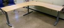 Kinnarps T-serie hjørneløsning hevsenk skrivebord i bjerk, 220x200cm, pent brukt