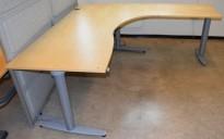 Kinnarps elektrisk hevsenk hjørneløsning skrivebord i bjerk, 200x200cm, sving på h. side, T-serie, pent brukt