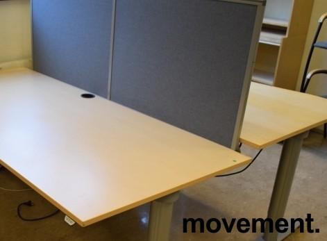 Kinnarps Rezon bordskillevegg til kontorpult i mørkegrått stoff, 180cm bredde, 65cm høyde, pent brukt