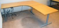 Hjørneløsning med elektrisk hevsenk i bøk fra Svenheim, grått understell, 220x220cm, pent brukt
