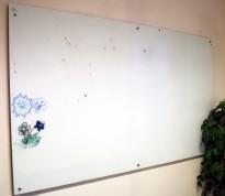 Whiteboard i glass, vegghengt modell, 200x121cm, magnetisk, pent brukt