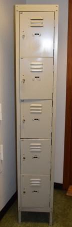 Retro garderobeskap i grålakkert stål, lukeskap med 5 låsbare luker, pent brukt bilde 1