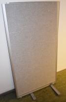 Skillevegg fra Kinnarps, modell Rezon i lysegrått stoff, 80cm bredde, 145cm høyde, pent brukt