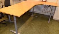 Elektrisk hevsenk hjørneløsning skrivebord i bjerk, 240x180cm, slitasje på bordplater