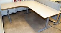 Elektrisk hevsenk hjørneløsning skrivebord i lys grå fra Svenheim, 180x200cm, pent brukt - noe småtteri bordplate