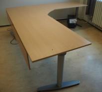 Stor hjørneløsning med elektrisk hevsenk fra Kinnarps, T-serie i bøk laminat, 260x240cm, høyreløsning, pent brukt