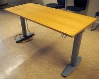 Kompakt skrivebord med elektrisk hevsenk fra Kinnarps i bøk, 140x60cm, pent brukt