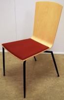 Stablebar konferansestol i bjerk, rødt sete, sort understell, noe kosmetisk småtteri