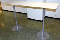 Ståbord / høyt bord fra Materia/Klaessons i hvitt / grått, 180x55cm, 110,5cm høyde, pent brukt