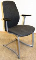Møteromsstol / besøksstol fra Kinnarps, mod Plus 377 i grått stoff / sort armlene, grå ramme, pent brukt