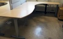 Kinnarps elektrisk hevsenk hjørneløsning skrivebord i bjerk, 260x200cm, sving på høyre side, T-serie, pent brukt