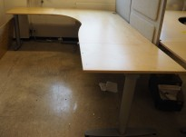 Kinnarps elektrisk hevsenk hjørneløsning skrivebord i bjerk, 260x200cm, sving på venstre side, T-serie, pent brukt
