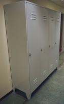 Garderobeskap i stål, lys grå, 4 rom. 160cm bredde, 50cm dybde, 185cm høyde, pent brukt