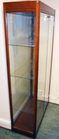 Glassmonter/premieskap: 90cm bredde, 40cm dybde, 180cm høyde, pent brukt bilde 2