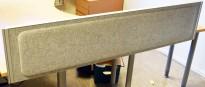 Kinnarps Rezon bordskillevegg til kontorpult i lys gråmelert ullfilt, 160cm bredde, 35cm høyde, pent brukt