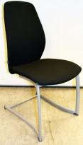 Møteromsstol fra Kinnarps, mod Plus 376 i sort stoff, lysegrått meieunderstell, pent brukt