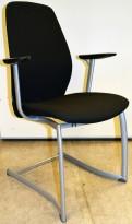 Møteromsstol / besøksstol fra Kinnarps, mod Plus 377 i sort stoff / sort armlene, grå ramme, pent brukt